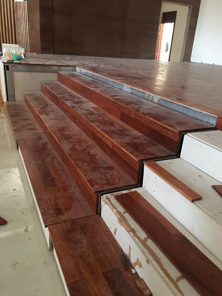 sàn gỗ căm xe bậc thang
