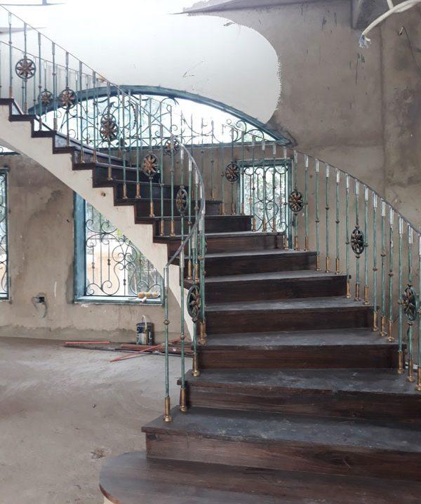 lan can cầu thang sắt tay vịn gỗ