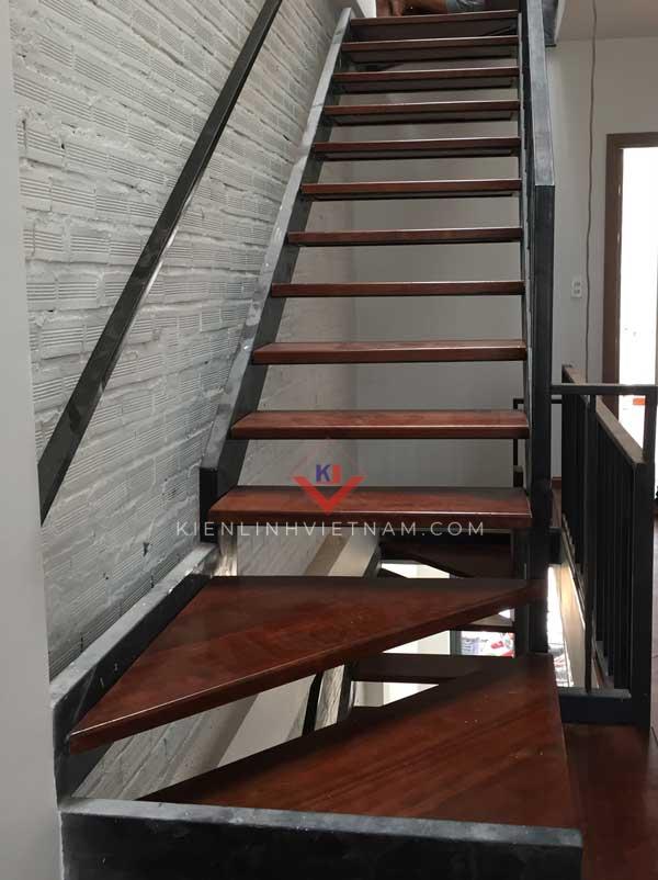 cầu thang sắt xương cá bậc gỗ