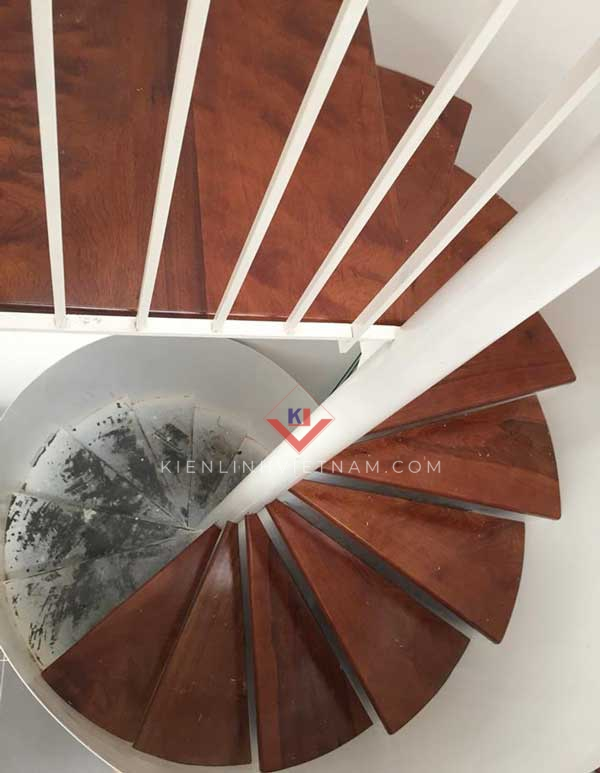 cầu thang xoắn bậc gỗ căm xe